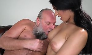 Drawing brunette apropos chubby naturals fucks an papa